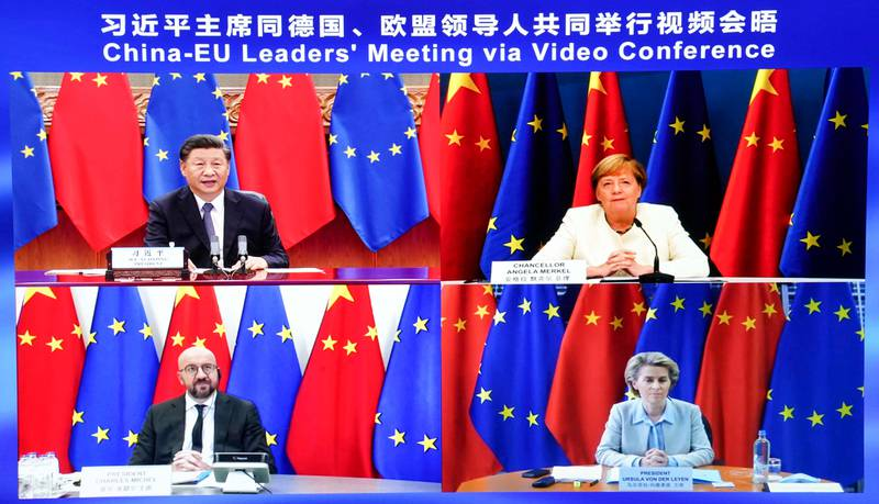 Bildet er av fire skjermer. På tre av dem er det politikere fra den europeiske unionen. På den fjerde er den kinesiske presidenten Xi Jinping.