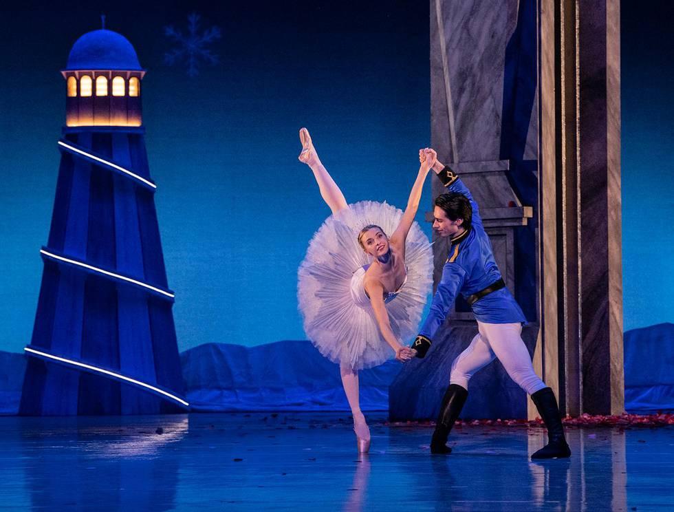 DANS: Whitney Jensen og Ricardo Castellanos danser de voksne hovedrollene som Clara og Nøtteknekkerprinsen.
