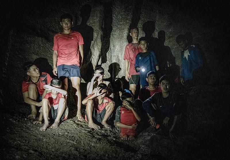 Bildet viser de 12 guttene som ble innestengt i en grotte i Thailand i 2018 i en scene fra filmen.