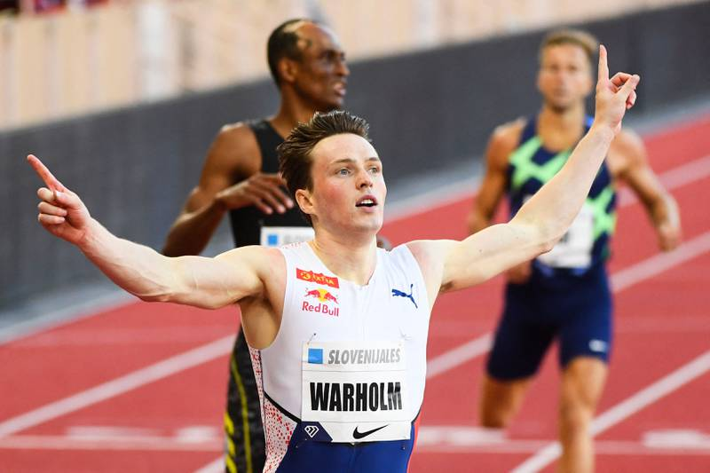 Hekkeløper Karsten Warholm med hendene i været etter å ha vunnet et løp på Bislett Games.