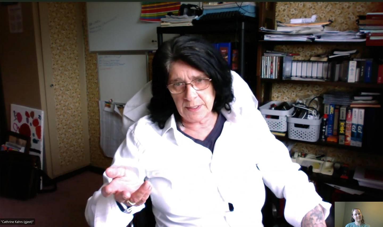 Bildet er av Marianne Evensen. Hun sitter på et hjemmekontor. Det er en skjermdump fra en videointervju.