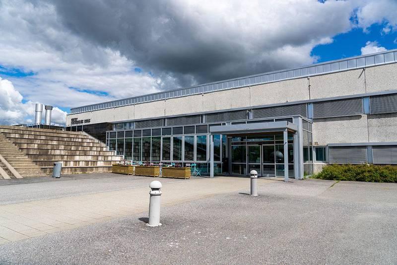 Bildet viser Vestby videregående skole i Viken. Fylket sender elever på videregående skole hjem fra mandag.