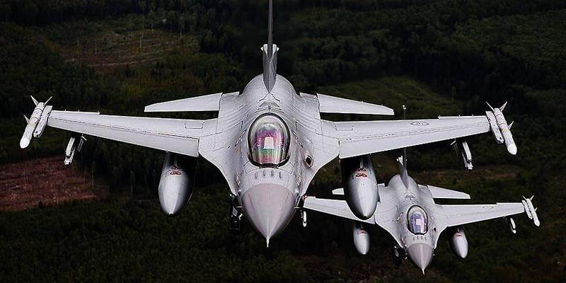 Bildet viser to norske jagerfly i lufta over Litauen. USA vil at Norge skal bidra mer i kampen mot Den islamske staten (IS). Det kan blant annet være ved å sende norske jagerfly.