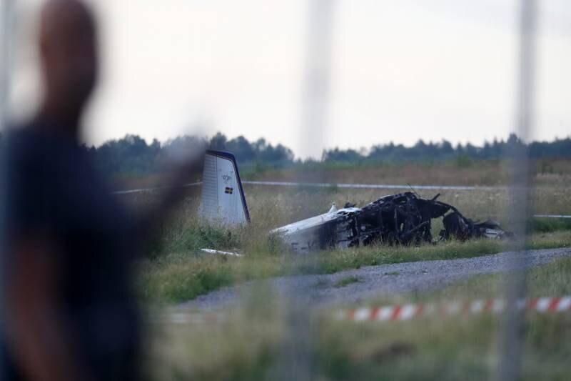 Det styrtede propellflyet tok til å brenne, men brannen ble slukket etter det som betegnes som et totalhavari.  Foto: Jeppe Gustafsson / TT NYHETSBYRÅN / NTB