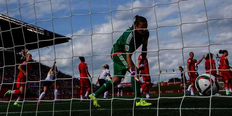 Bildet viser en keeper som snur seg etter en ball som er inne i mål. I andre omgang skåret endelig Norges fotballjenter mål. De klarte 1-1 mot Tyskland i verdens-mesterskapet for kvinner. Dermed er Norge i åttedels-finalen.