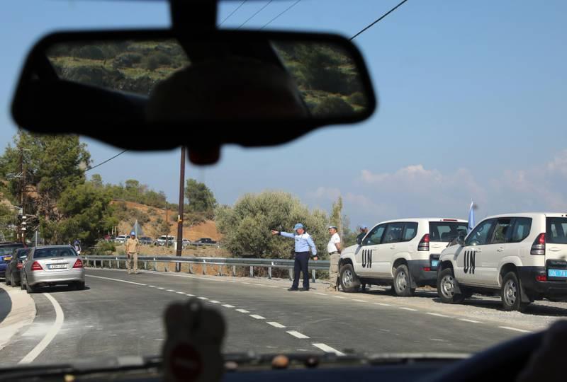 Bildet viser en veisperring med politi på Kypros.