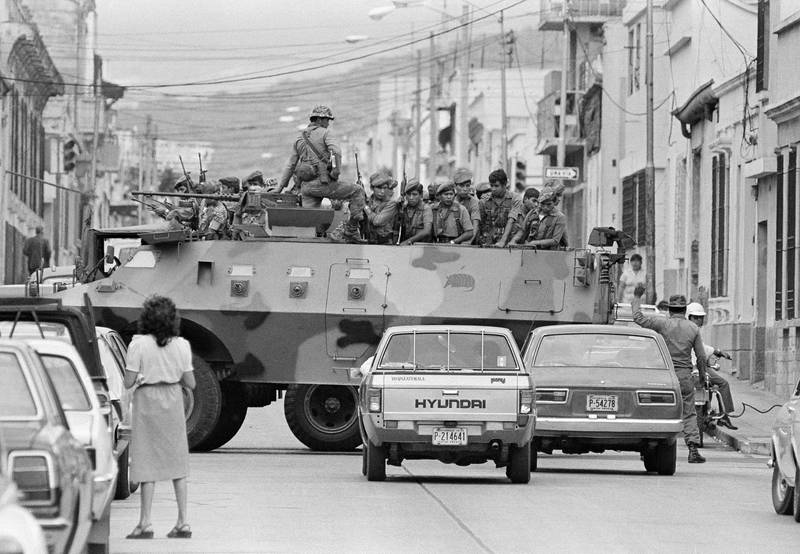 Bildet er frå 1983. Det viser soldatar i gata under borgarkrigen i Guatemala.
