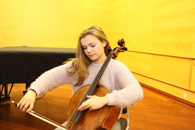 Bildet viser Birgitta Elisa Oftestad. Hun spiller cello.