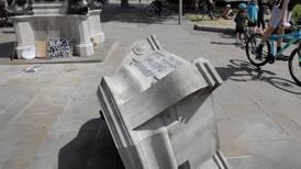 Folk angriper statuer