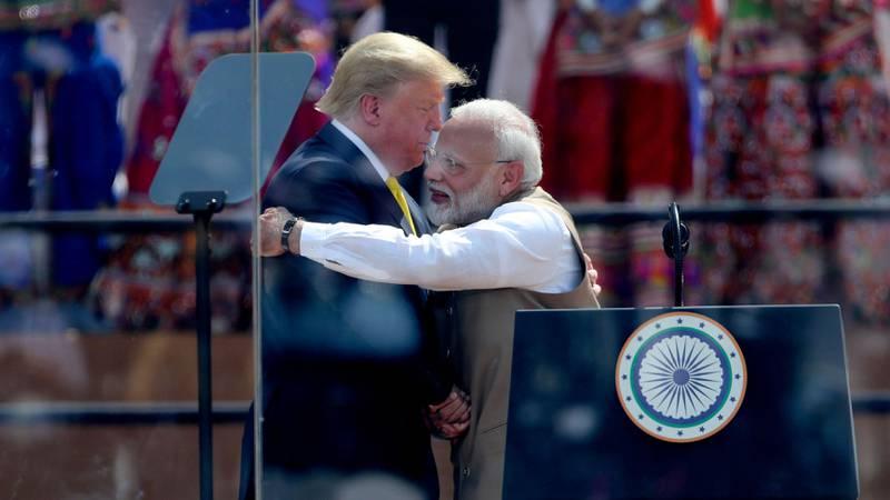 Bildet viser Indias statsminister Narendra Modi som gir Donald Trump en klem.