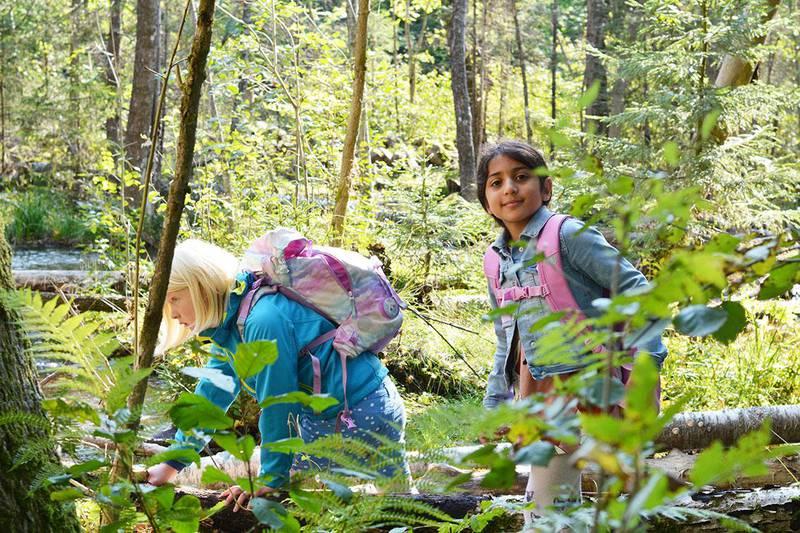 Bildet viser barna Tuva og Elyana som utforsker demningen over Skars-elva.