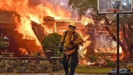 Kjemper mot flammene i California