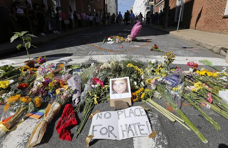 Bildet viser blomster på stedet der Heather Hyer døde i USA.