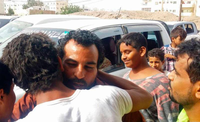 Bildet viser fangen Nasser al-Anbari som har sluppet fri fra fengsel. Han får klem av venner.