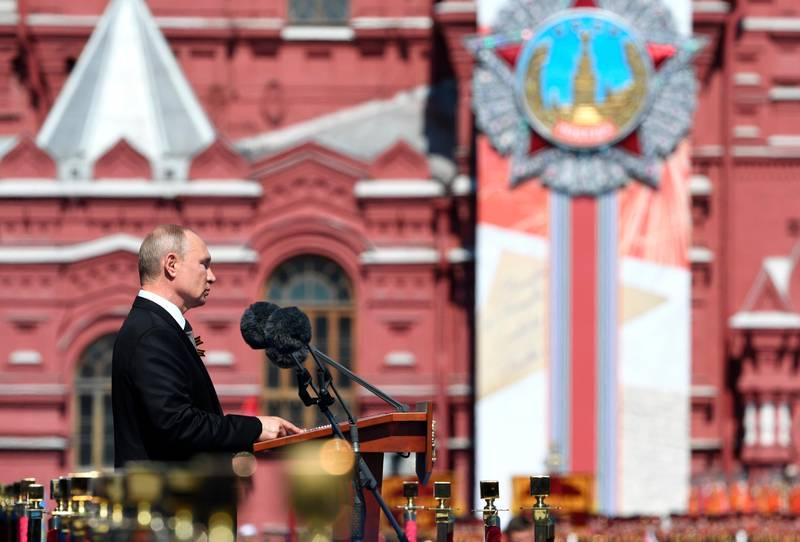 Bildet er av Vladimir Putin som holder tale på Den røde plass.