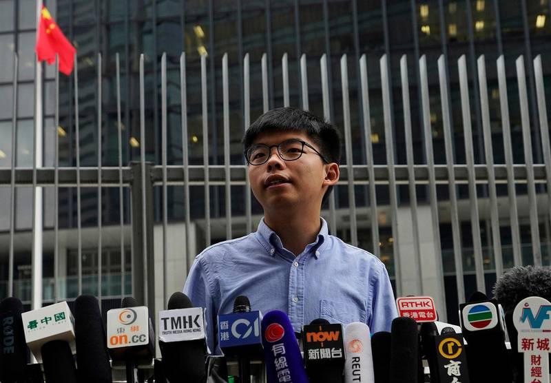 Bildet viser Wong under en pressekonferanse.
