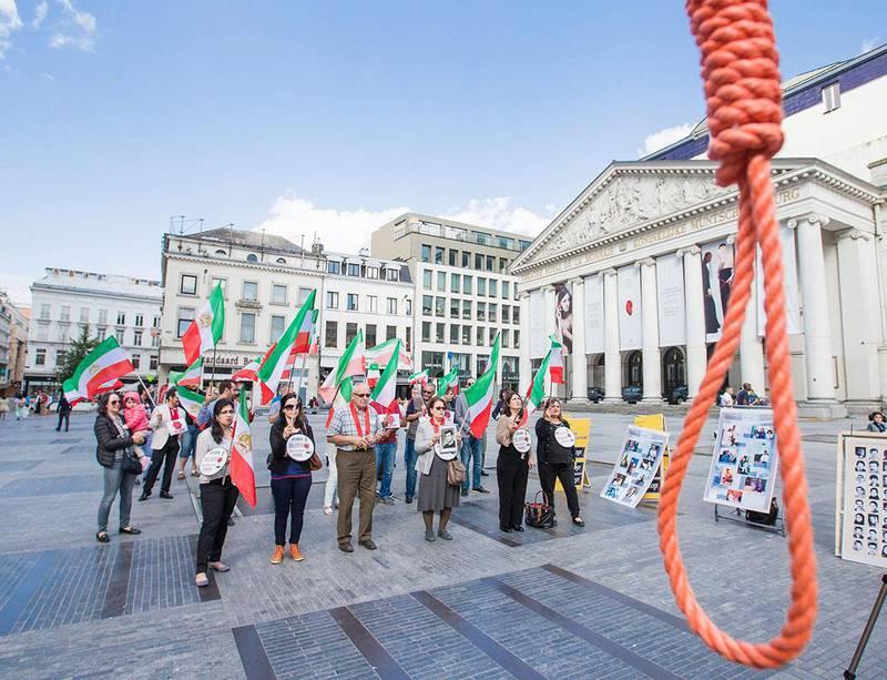 DØDSSTRAFF: Folk i Belgia protesterte mot en masse-henrettelse i Iran i 2016. I fjor ble historisk få henrettelser registrert i verden.