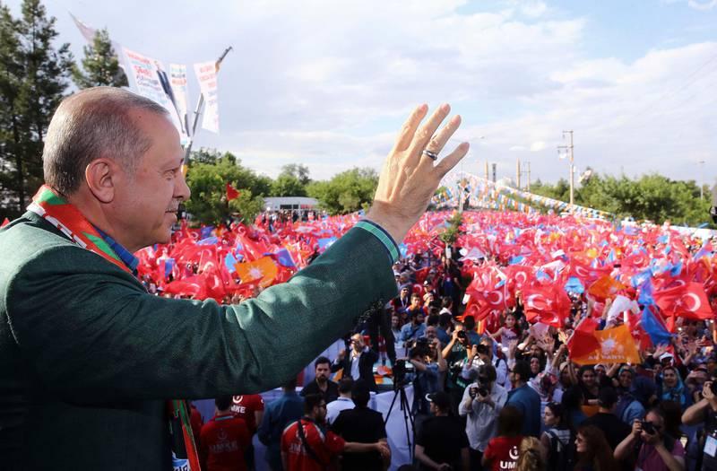 Bildet viser Tyrkias president Recep Tayyip Erdogan mens han holdt valgmøte i byen Diyarbakir. Der prøvde han å overbevise kurdere om å stemme på ham.