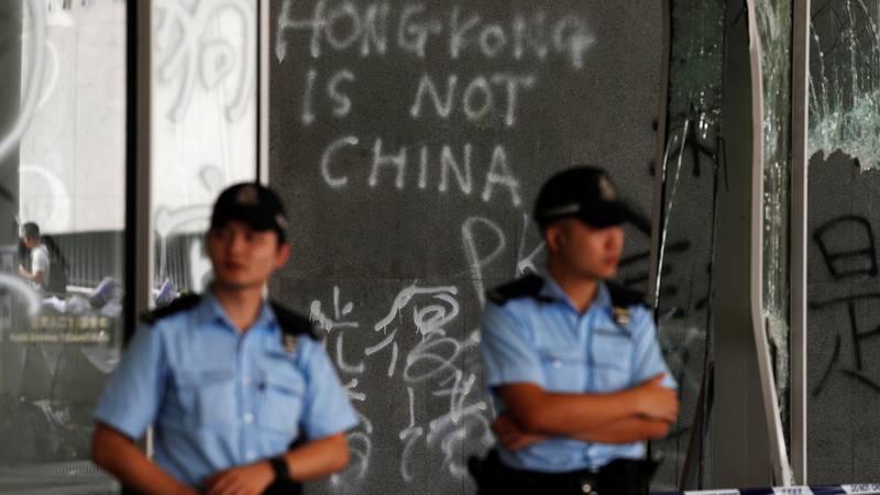 Bildet viser politimenn som passer på bygningen til den lovgivende forsamlingen i Hongkong.