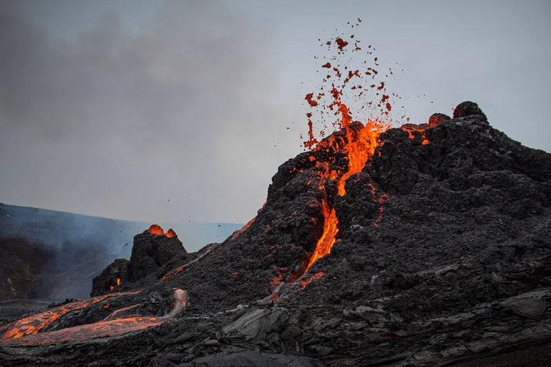 Bildet viser lava som strømmer ut av vulkanen Fagradalsfjall på Island.
