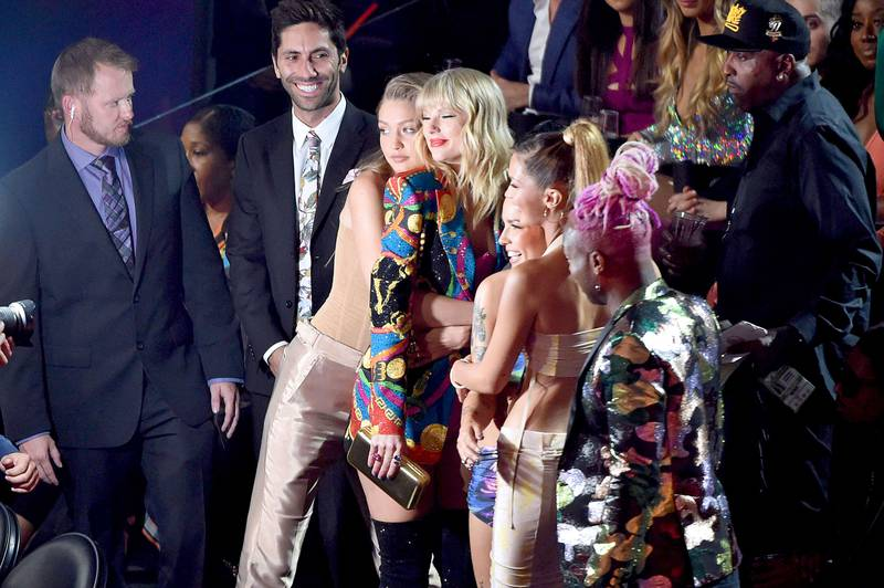 Bildet viser Gigi Hadid, Taylor Swift,  Halsey, Bella Hadid og Todrick Hall som smiler mot en fotograf.