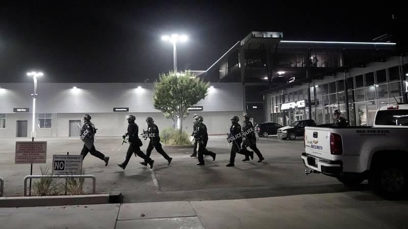 Bildet viser politifolk i California som løper.