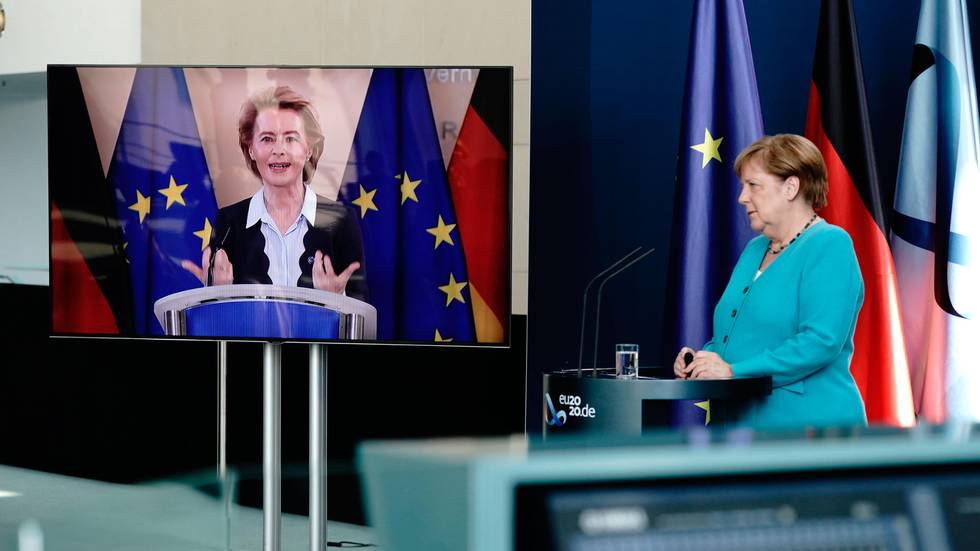 Bildet viser to kvinner på en pressekonferanse. Disse er Angela Merkel og Ursula von der Leyen, som er på storskjerm.