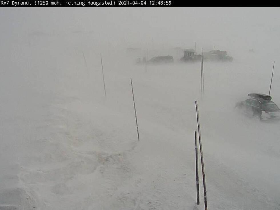 Bildet viser en bil og utstyr som er skjult av snøfokk.