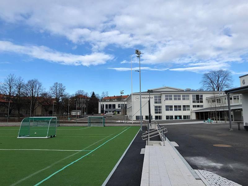 Bildet viser en tom skolegård i Oslo. Vanligvis kryr det av barn i skolegården på Hasle skole i Oslo. Nå er alle barna hjemme.