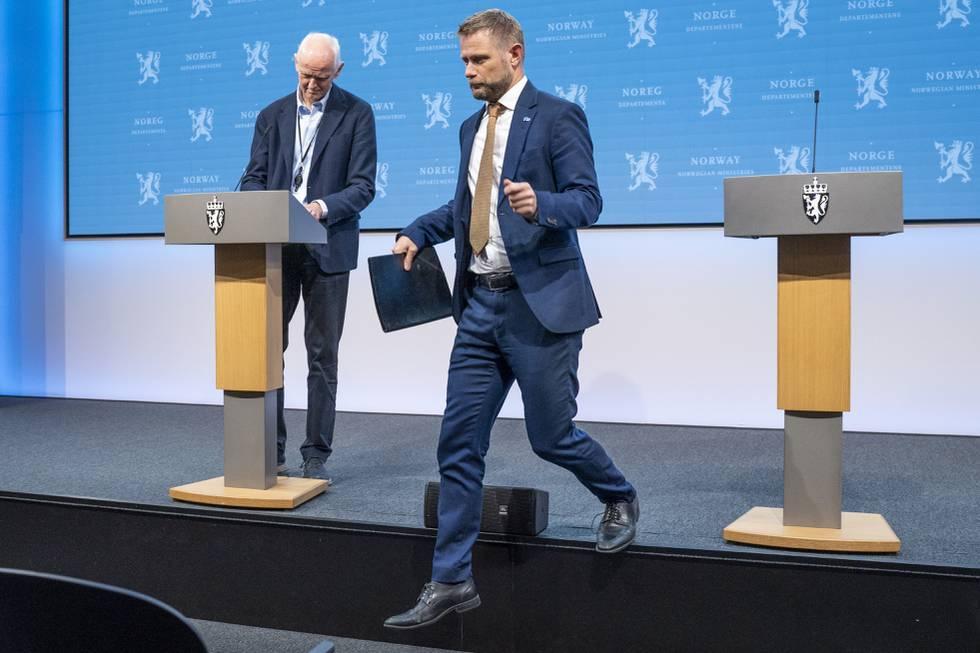 Bildet er av Bent Høie på vei ned fra en scenekant. I bakgrunnen er to talerstoler. Bak den ene står Geir Bukholm. Foto: Ali Zare / NTB