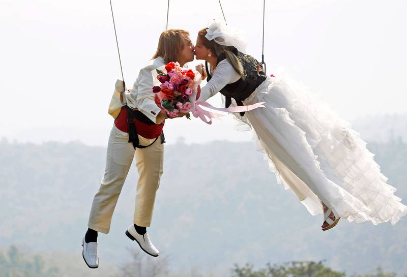 THAILAND: Dette paret giftet seg i lufta på Valentinsdagen. Bryllupet var i Thailand.