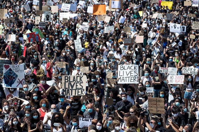 Bildet viser folk som samlet seg på Folkets Plass i Roma i Italia. Mange brukte munnbind for å beskytte seg mot korona-viruset.