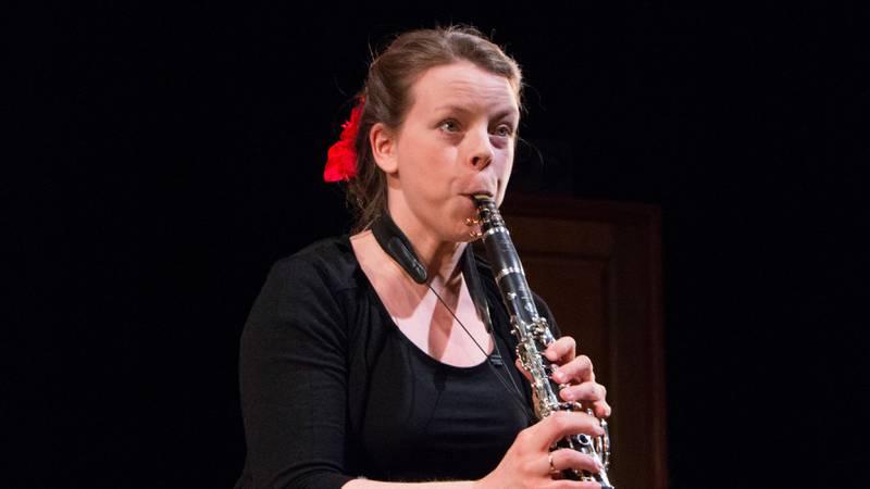 Bildet viser Ingeborg Elisabeth Moe som spiller klarinett.