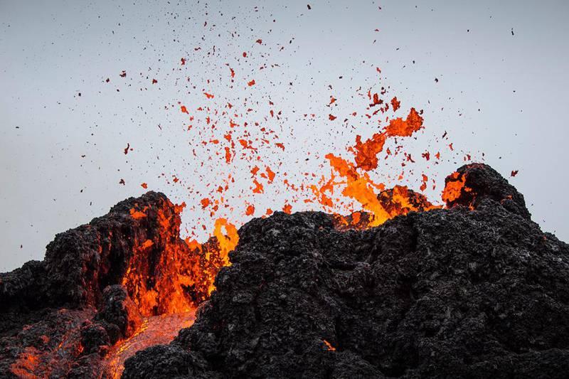 Bildet viser lava som spruter ut av vulkanen Fagradalsfjall på Island.