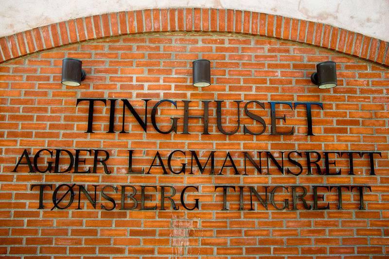 Bildet viser Tinghuset i Tønsberg. En helse-sekretær er dømt for uaktsomt drap. Hun badet en mann i glovarmt vann.