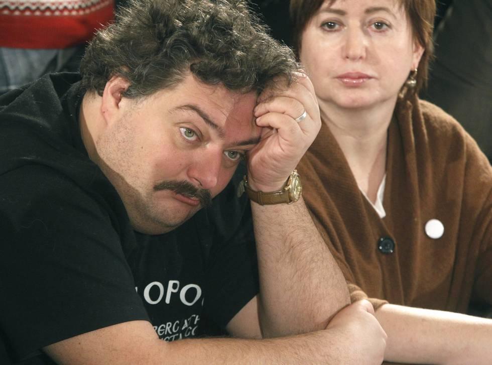 Bildet viser journalist og poet Dmitrij Bykov og journalist Olga Romanova i 2012.