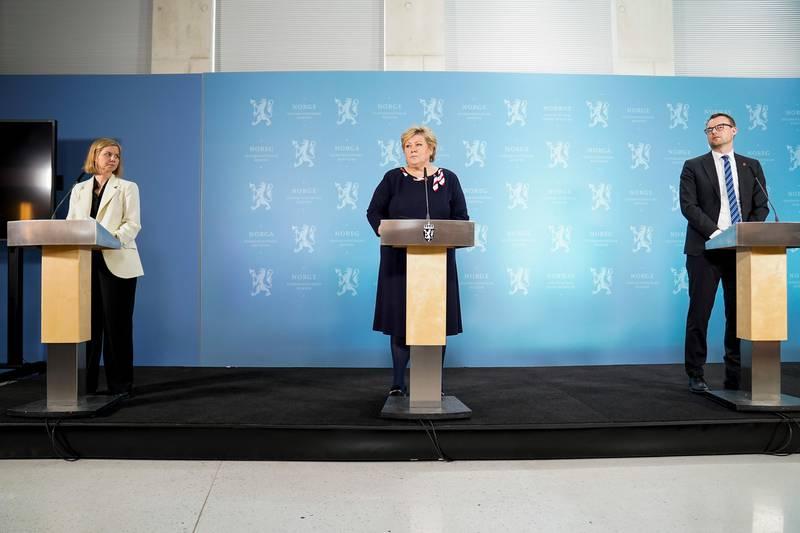 Bildet er av Guri Melby, Erna Solberg og Kjell Ingolf Ropstad. De står bak hver sin talerstol.