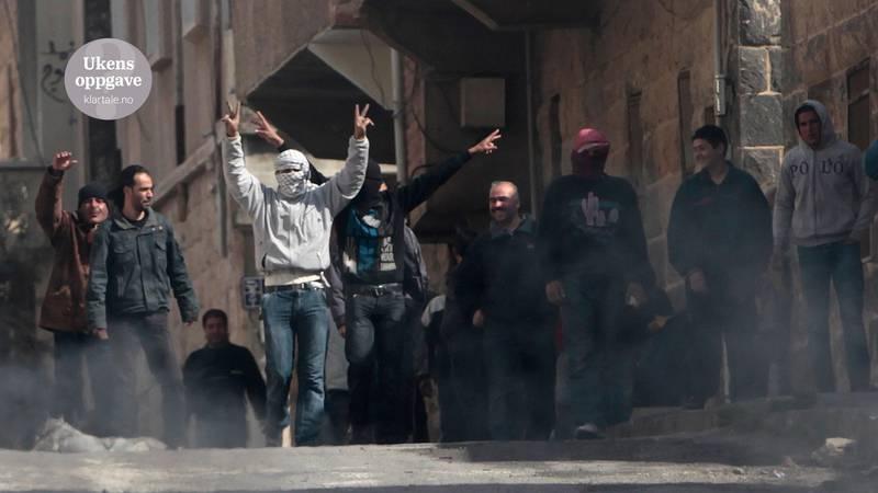 Bildet viser syrere som protesterer i gatene. Bildet er fra mars 2011.
