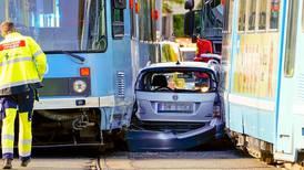 Bil klemt mellom to trikker i Oslo