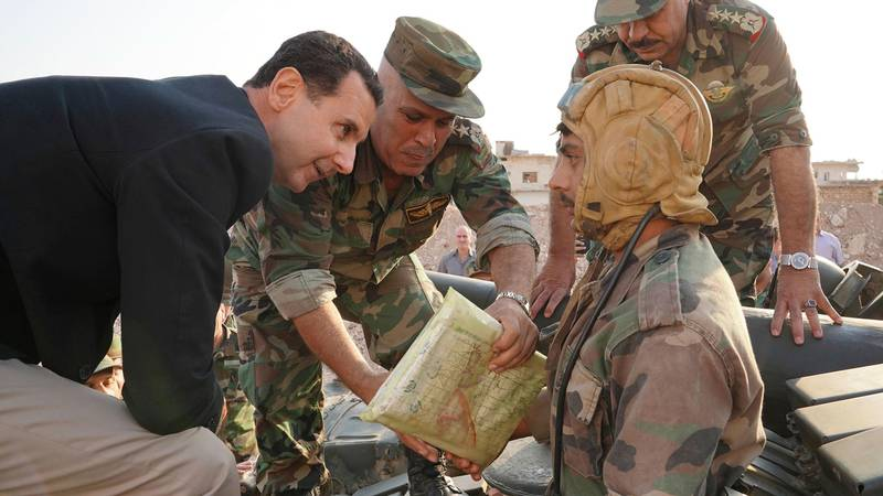 Bildet viser Syrias president Bashar al-Assad som snakker med sine soldater.