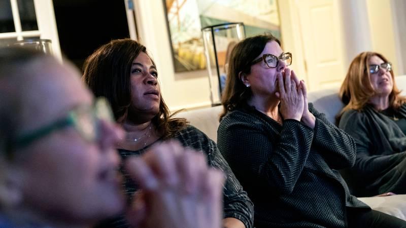 Bildet viser Joe Bidens støttespillere. De følger med på valget og ser spente ut.