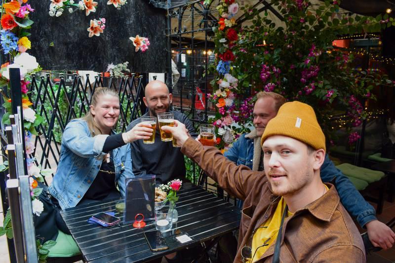 Bildet viser en vennegjeng som er på bar.