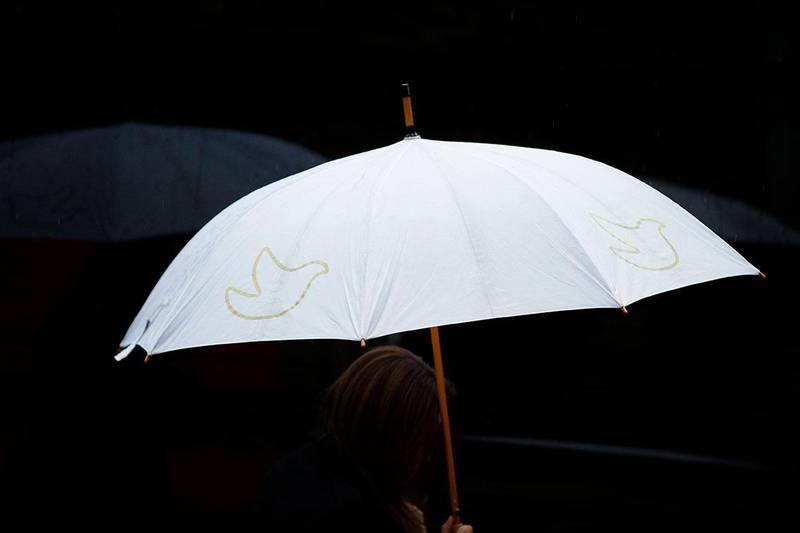 Bildet viser en person som holder en paraply