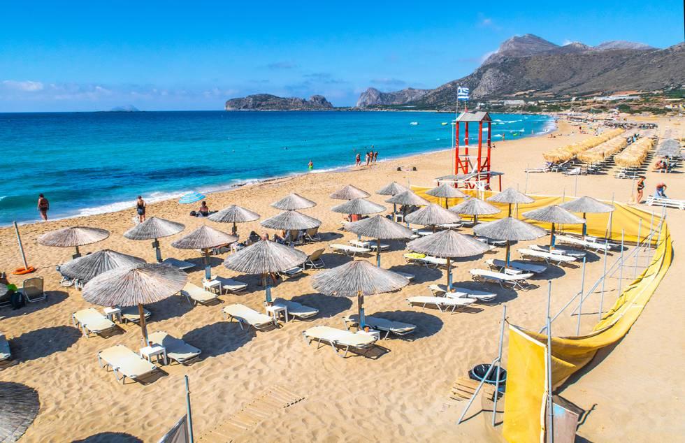 Bildet er av en sandstrand på Kreta i Hellas i fjor.