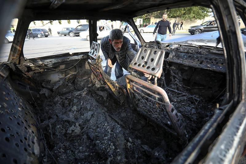 Bildet viser en utbrent bil.