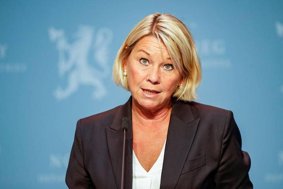 Bildet viser justisminister Monica Mæland. Folk bør ikke reise til utlandet dersom det ikke er strengt nødvendig, sa hun fredag.