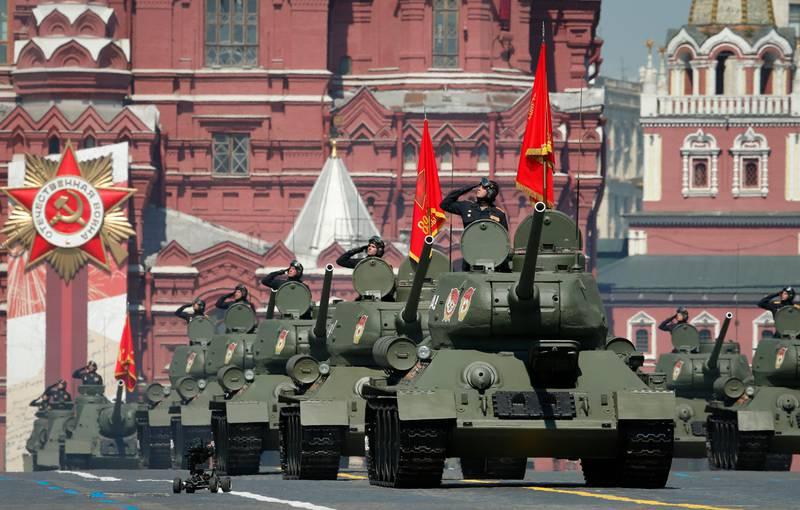 Bildet er av russiske panservogner som kjører over Den røde plass i Moskva.