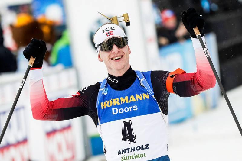 Oslo 20200223. Johannes Thingnes Bø jubler etter seier på fellesstarten i VM i skiskyting i Anterselva søndag.Foto: Berit Roald / NTB scanpix