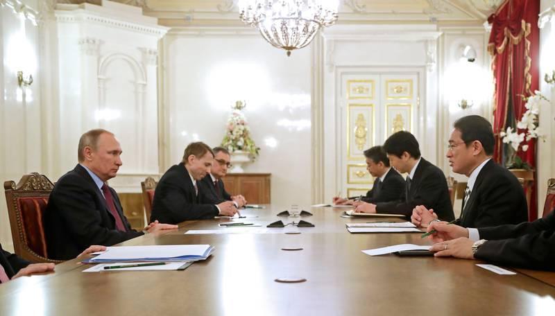 Bildet viser flere mennesker i møte. Blant dem er Russlands president Vladimir Putin og Japans utenriksminister Fumio Kishida.