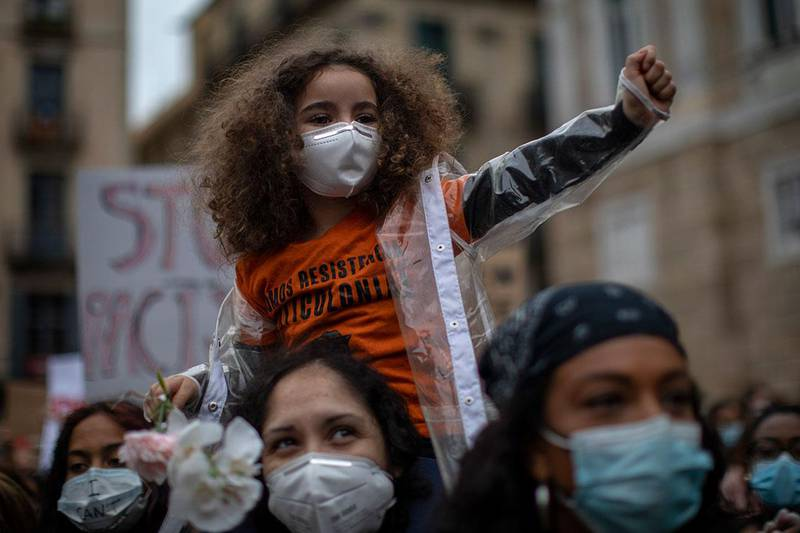 Bildet viser demonstranter i Barcelona i Spania.